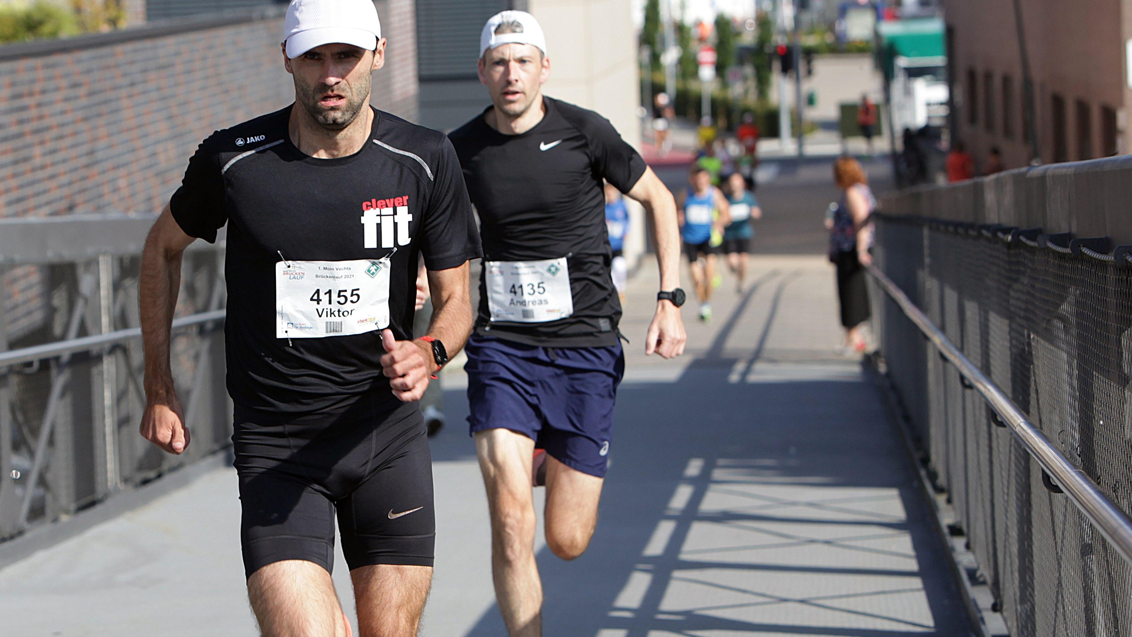 Zwei, die es eilig hatten: Viktor Kuk und Andreas Bröring stürmen die Brücke hinauf. Fotos: Schikora