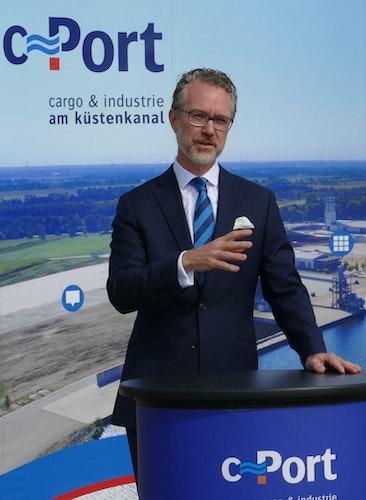 1,8 Millionen Euro im Gepäck: Staatssekretär Dr. Berend Lindner überbrachte die offizielle Förderzusage für die Erweiterung des C-Ports. Foto: Stix