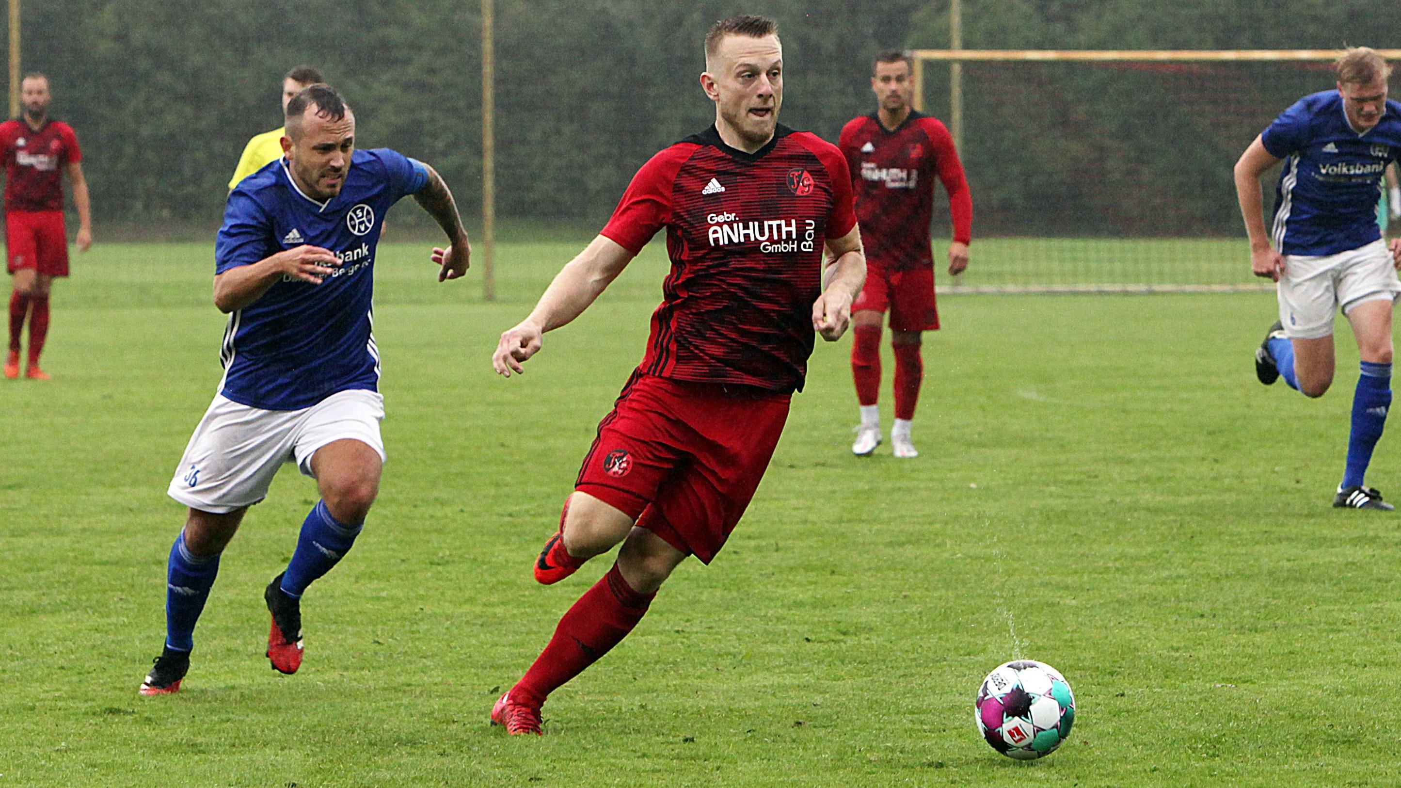 In Topform: Simon Lübbehusen (rotes Trikot), hier im Derby gegen Holdorf, erzielte am Mittwochabend drei Treffer gegen Oythe II. Foto: Schikora