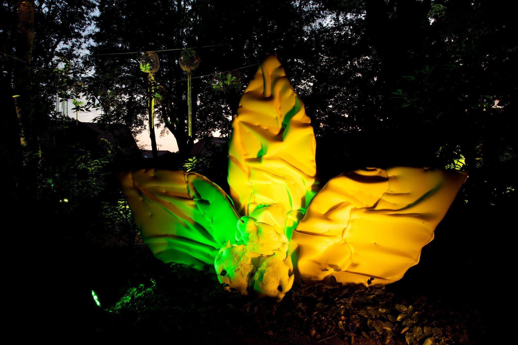 Eine überdimensionale Blüte steht im Park der Gärten. Foto: Hauke-Christian Dittrich / dpa
