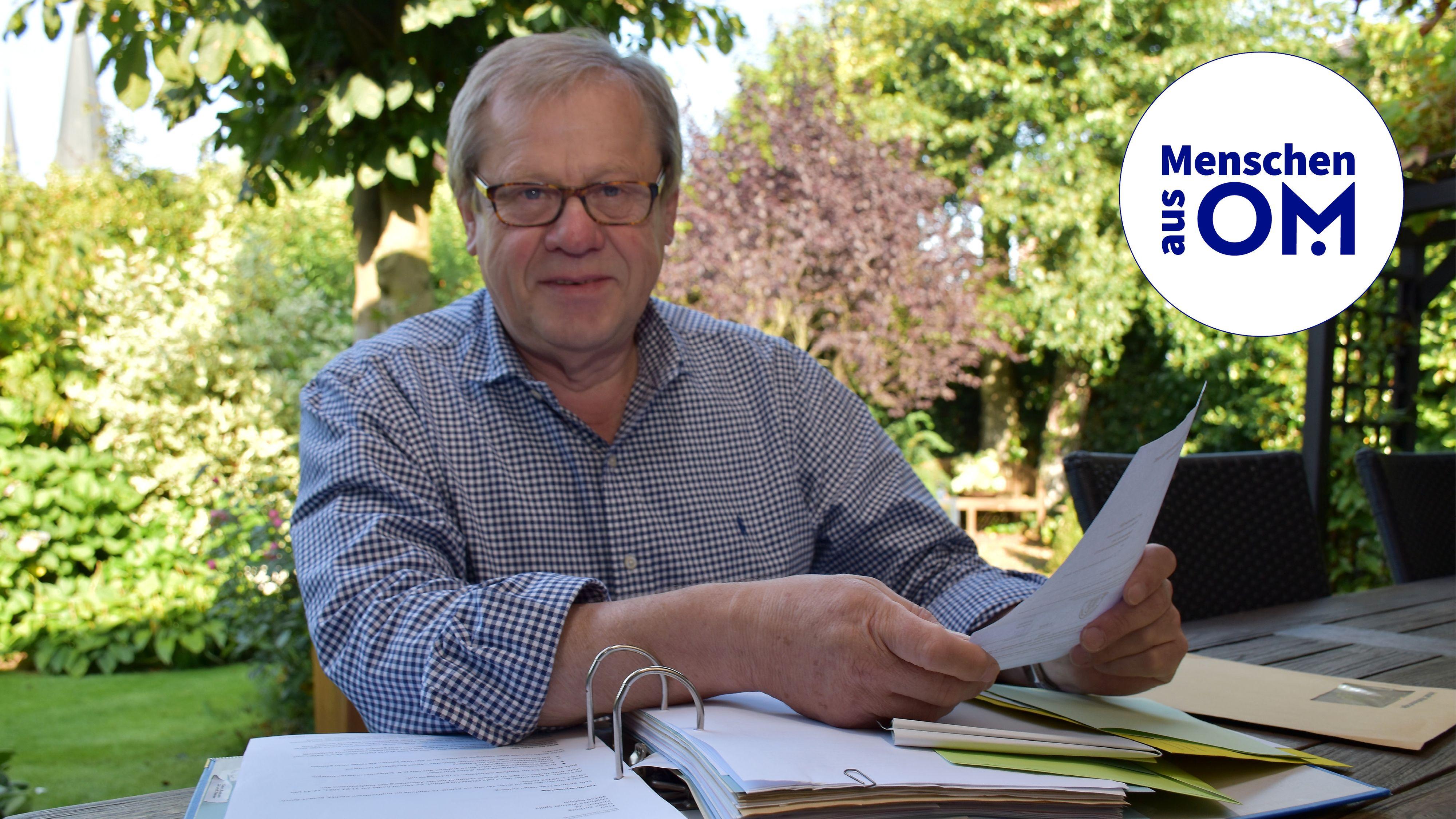 Ein ganzer Ordner voll: Über seine Zeit als Wahlhelfer hat Werner Spille so manche Unterlagen gesammelt und abgeheftet. Foto: Klöker