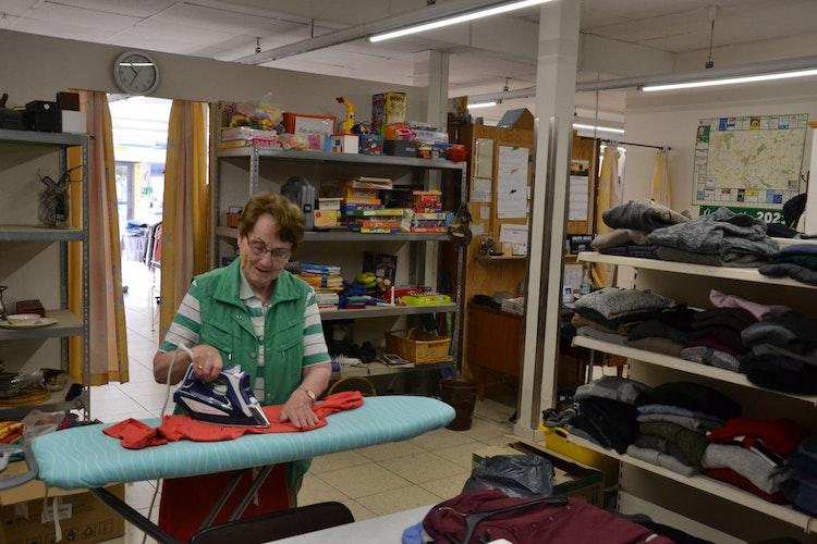 Gut zu tun: Christ Drees engagiert sich ehrenamtlich im Laden. Foto: Meyer
