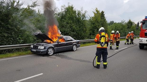 Auto gerät auf B401 nahe Friesoythe in Brand