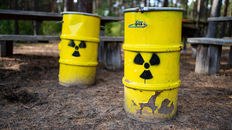 Symbolische Atommüllfässer wie diese – gedacht zur Abschreckung – stehen mittlerweile vielerorts in Niedersachsen. Foto: dpa/Schulze