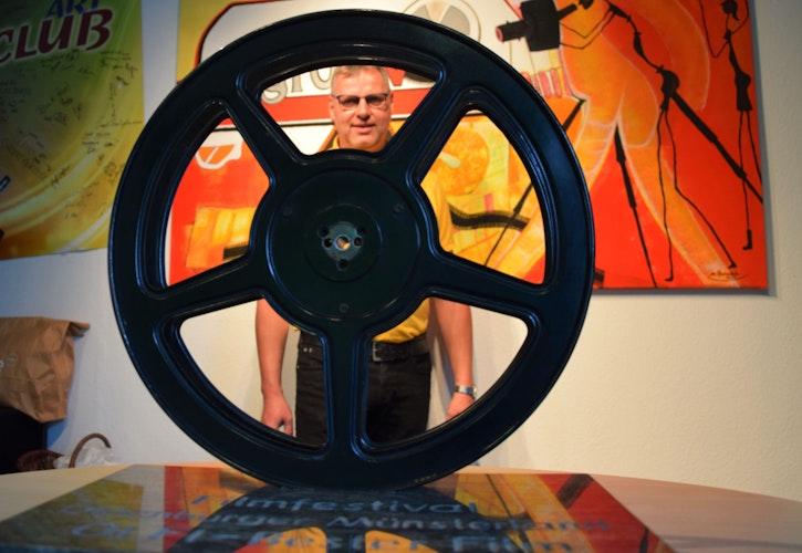 Der Olfi: 2020 hat der Film 25 kmh gewonnen, Carl Bünker ist gespannt, für welches cineastische Werk sich die 3-köpfige Jury diesmal entscheidet. Foto: Hahn