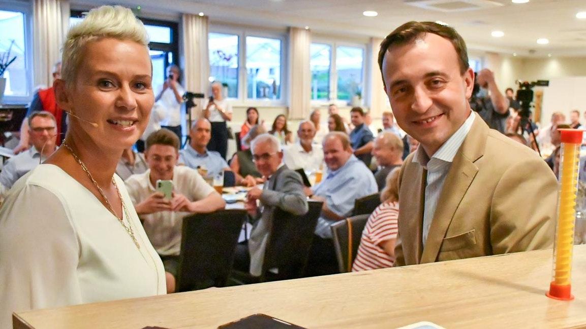 """In Kneipenlaune: (von links) Silvia Breher (CDU) und CDU-Generalsekretär Paul Ziemiak in der Gaststätte """"Zum Schanko"""" in Handorf-Langenberg vor dem Publikum. Foto: Vollmer"""