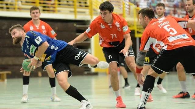Zielstrebig: Ole Harms (am Ball) und der TV Cloppenburg erwarten am Samstag um 19.30 Uhr den Ostfriesischen Handball-Verein (OHV) Aurich zum Drittliga-Derby. Foto: Langosch