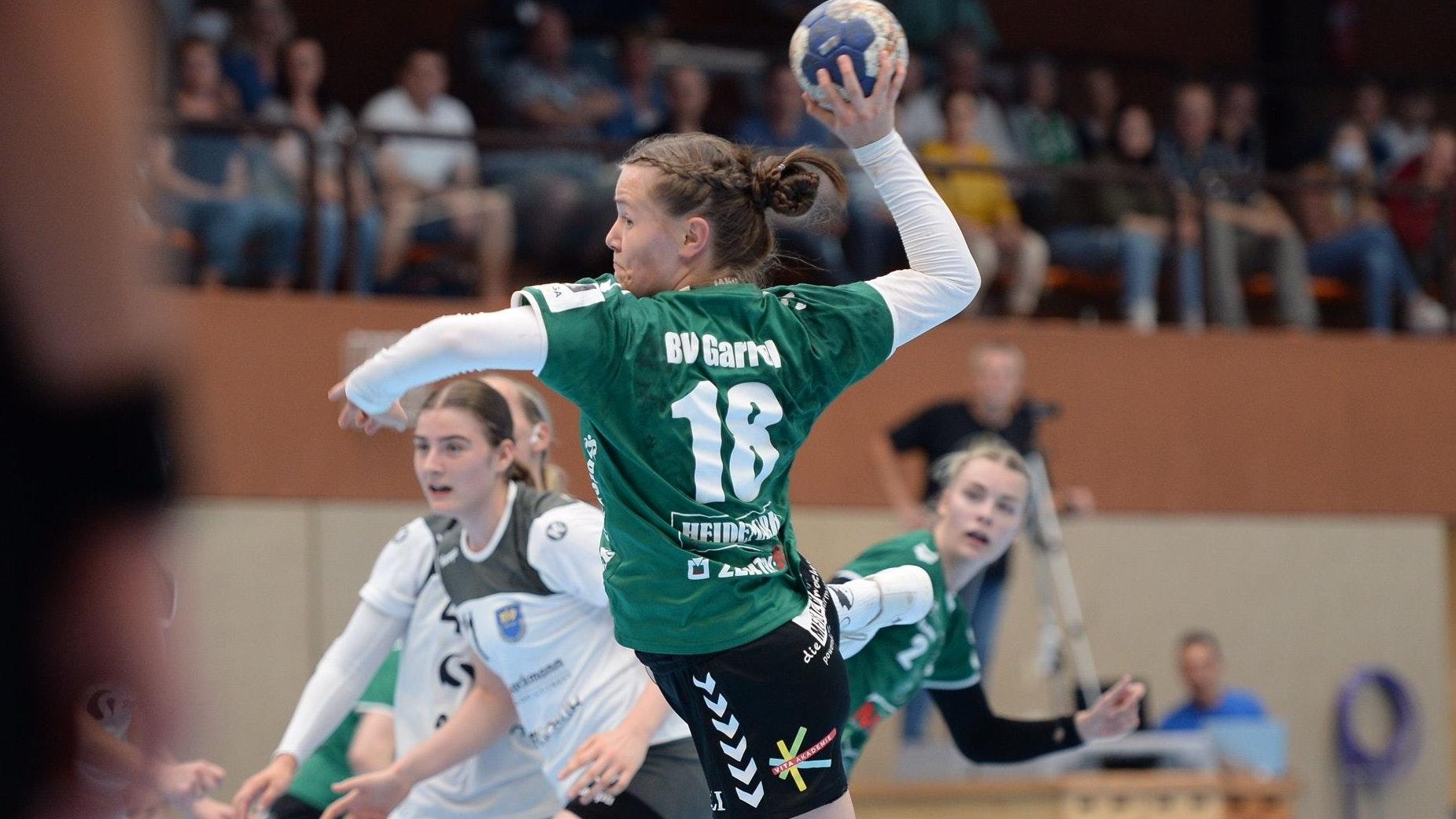 Sechs Treffer steuerte Lotta Stolle (Nummer 18) zum Garreler 29:22-Sieg gegen Buxtehude II (links: Maja Schönefeld) bei. Rechts: Lisa-Marie Fragge. Foto: Langosch