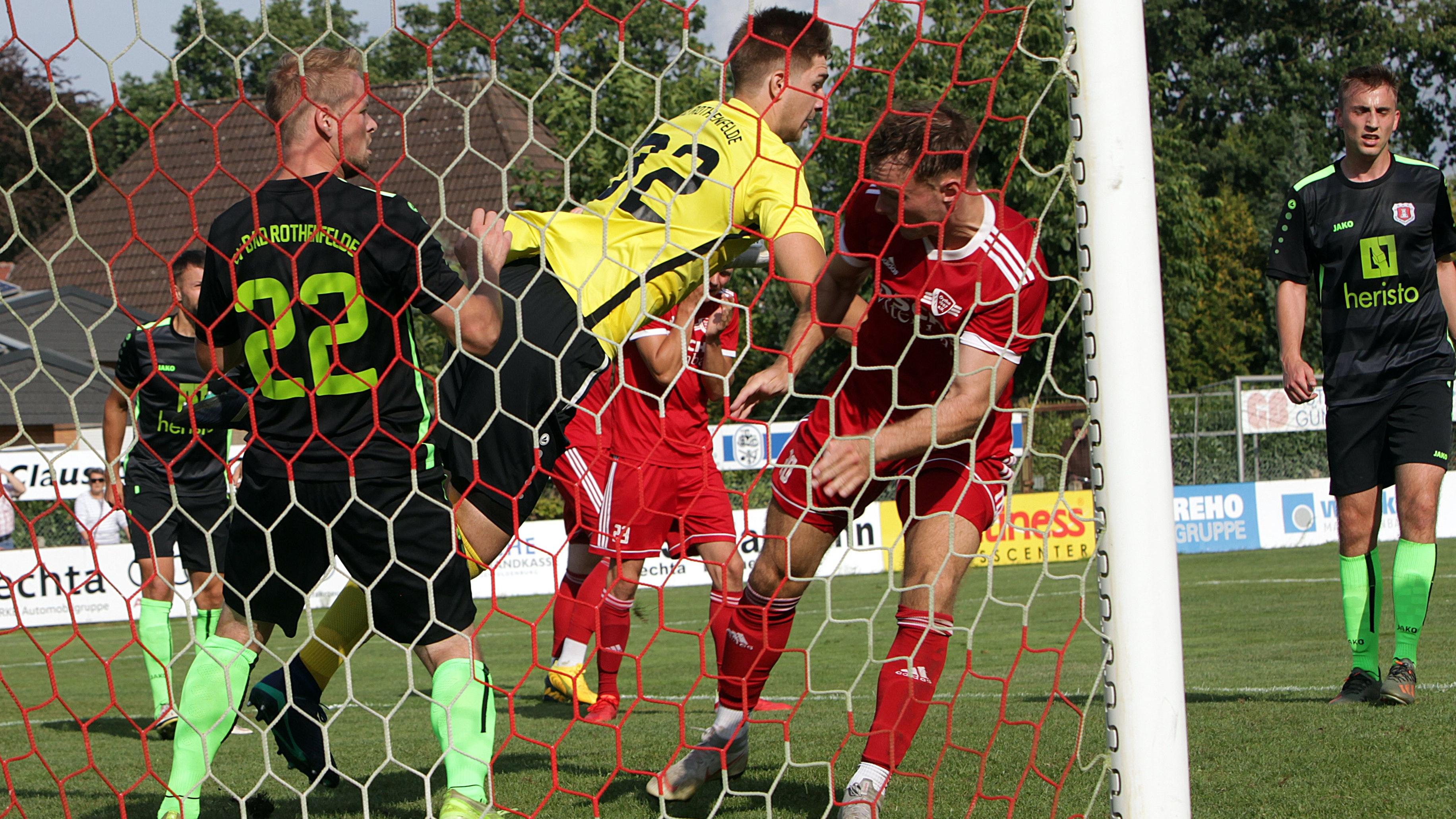 Alarm im Strafraum des Tabellenführers: Oythes Felix Schneppe (rechts) gegen Bad Rothenfeldes Torwart Tobias Zahl. Oythe machte aus einem 0:2 ein 3:2 – der erste Saisonsieg. Foto: Schikora