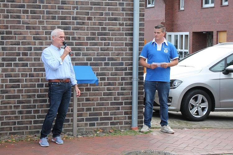 """Ein eingeschworenes Team: Karl-Heinz Charly"""" Kreutzmann und sein Sohn David führten die blau-weiße Wandergruppe."""