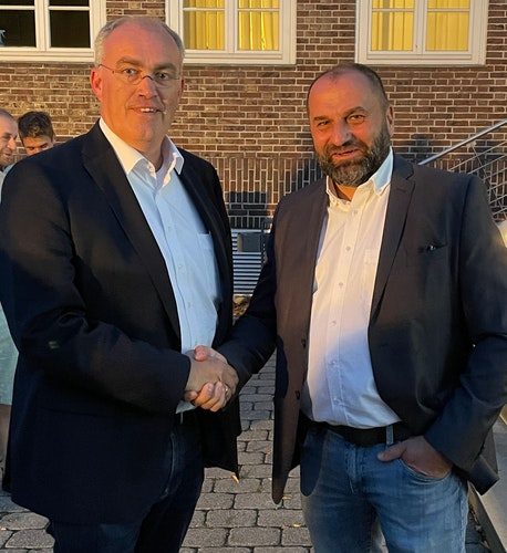 Gratulation: Der unterlegene CDU-Kandidat Bernd Wichmann (links) gratuliert dem alten und neuen Bürgermeister Sven Stratmann zur Wiederwahl. Foto: Stix