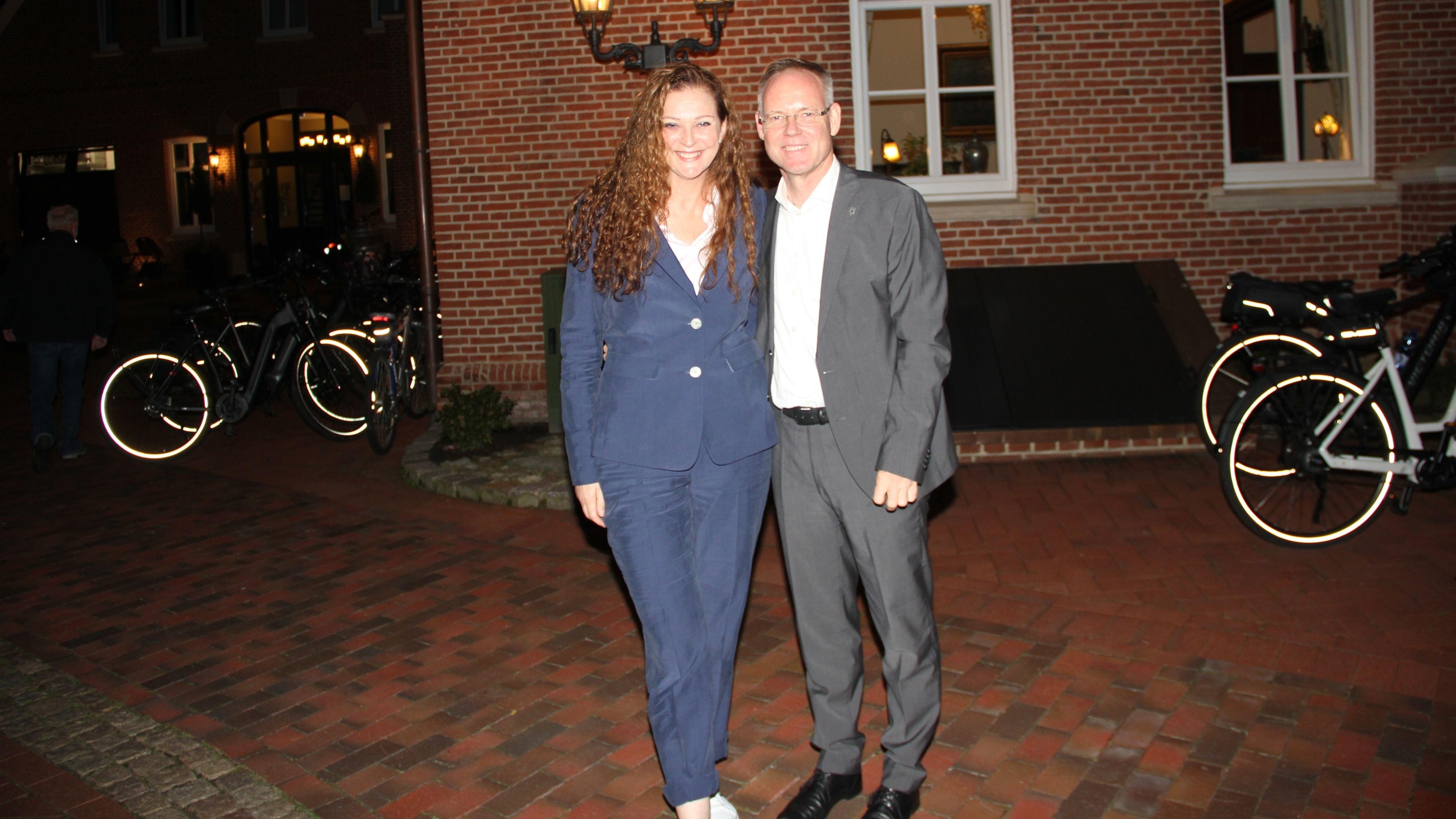 Freude über das Ergebnis von 87,94 Prozent: Bürgermeister Karsten Hage und seine Frau Sandra Sonntagabend auf der Wahlparty vor dem Rathaus. Foto: Kock