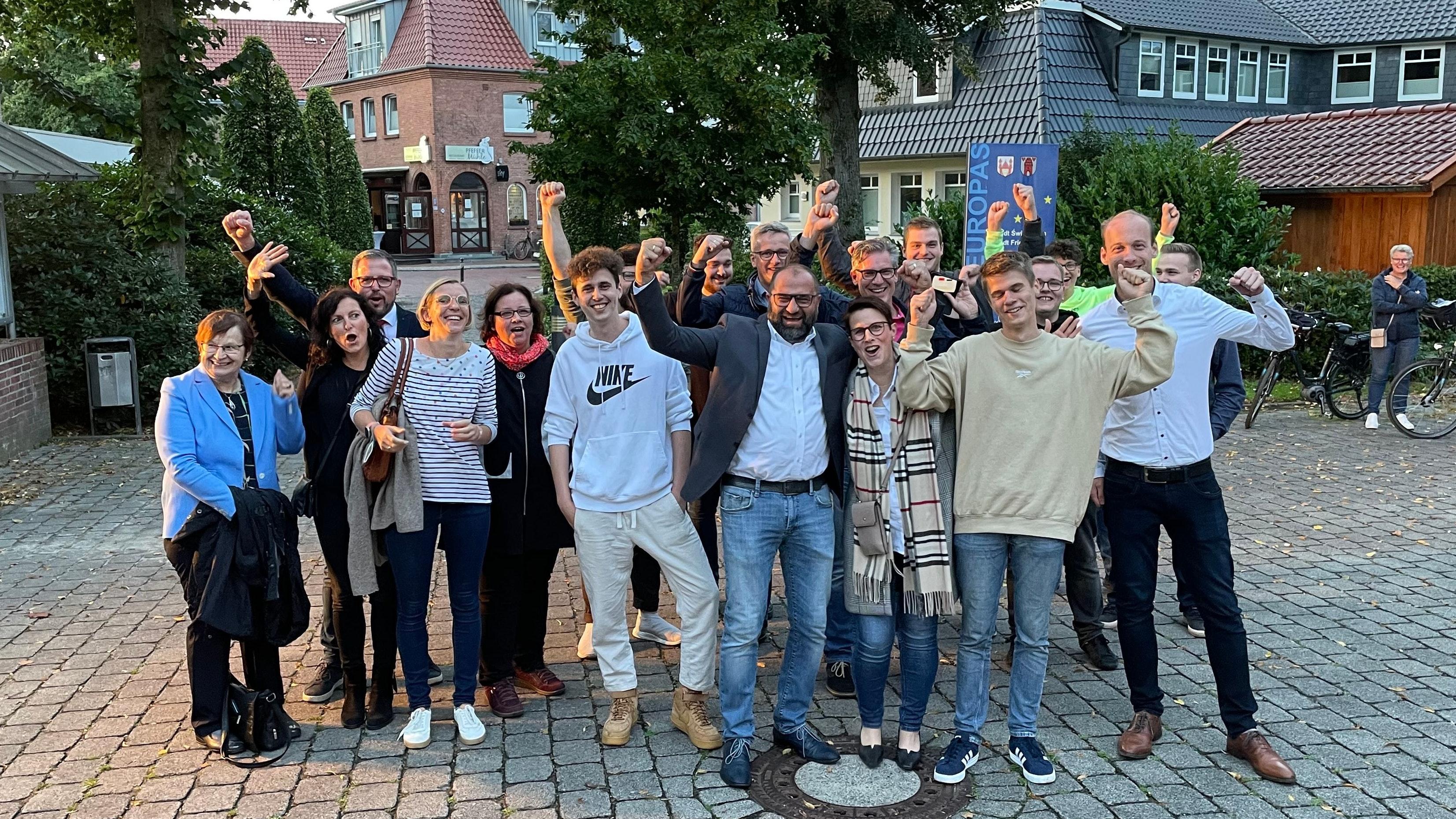 Das Team um Bürgermeister Sven Stratmann (Mitte, mit Sakko) jubelt. Foto: Stix