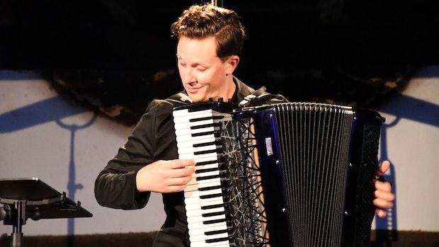 Musikfest: Junger Litauer spielt Akkordeon wie ein ganzes Orchester