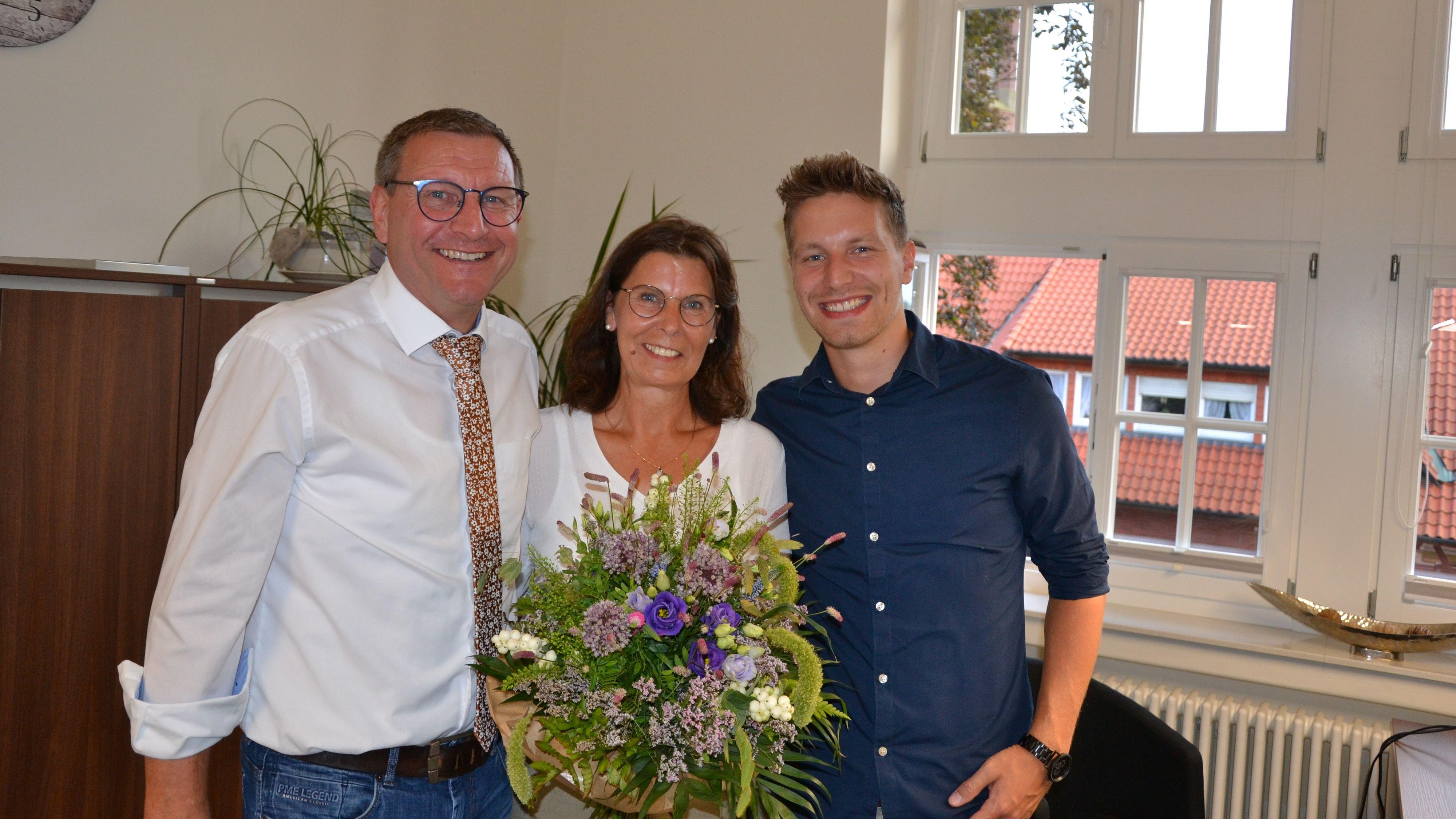 Wahlsieger: Heiner Kreßmann (links) nimmt die Gratulationen im Kreise der Familie, gemeinsam mit Ehefrau Britta und Sohn Max entgegen. Foto: G. Meyer
