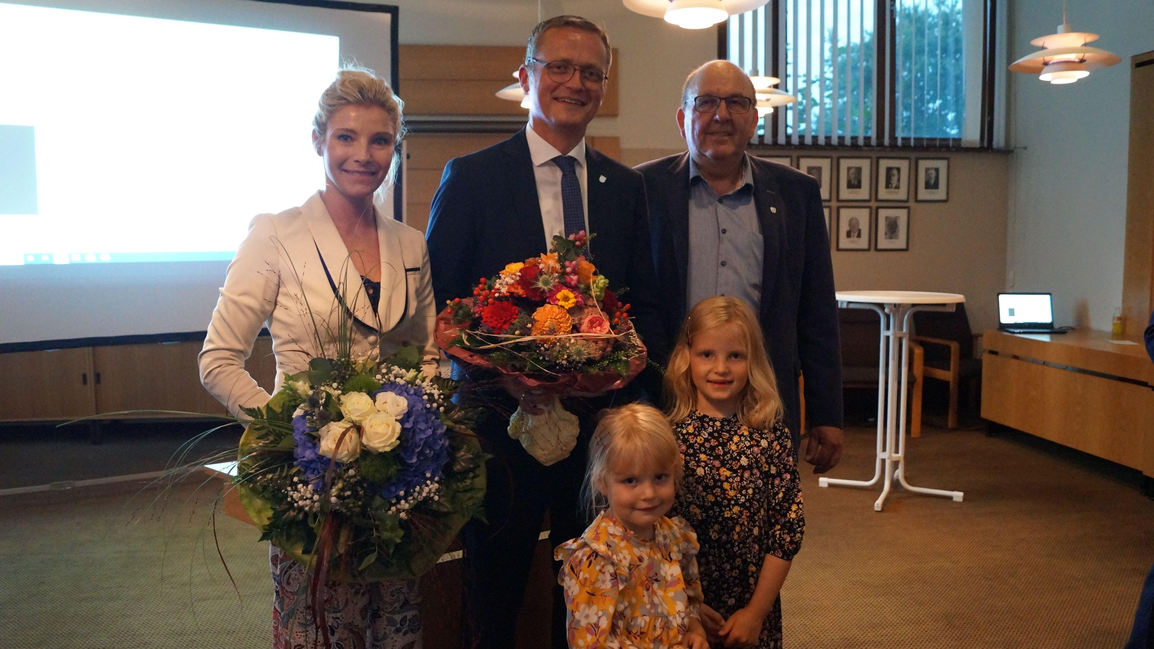 Die ersten Gratulanten waren Ehefrau Marita, die beiden Töchter sowie CDU-Gemeindeverbandsvorsitzender Franz Hölscher (rechts). Tobias Averbeck bleibt Bürgermeister in Bakum. Foto: Carina Meyer