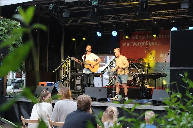 Thomas König (links, Gitarre) und Carlo Runnebom (Percussion) eröffnen den Livemusik-Abend auf der LzO-Bühne. Foto: Heinzel