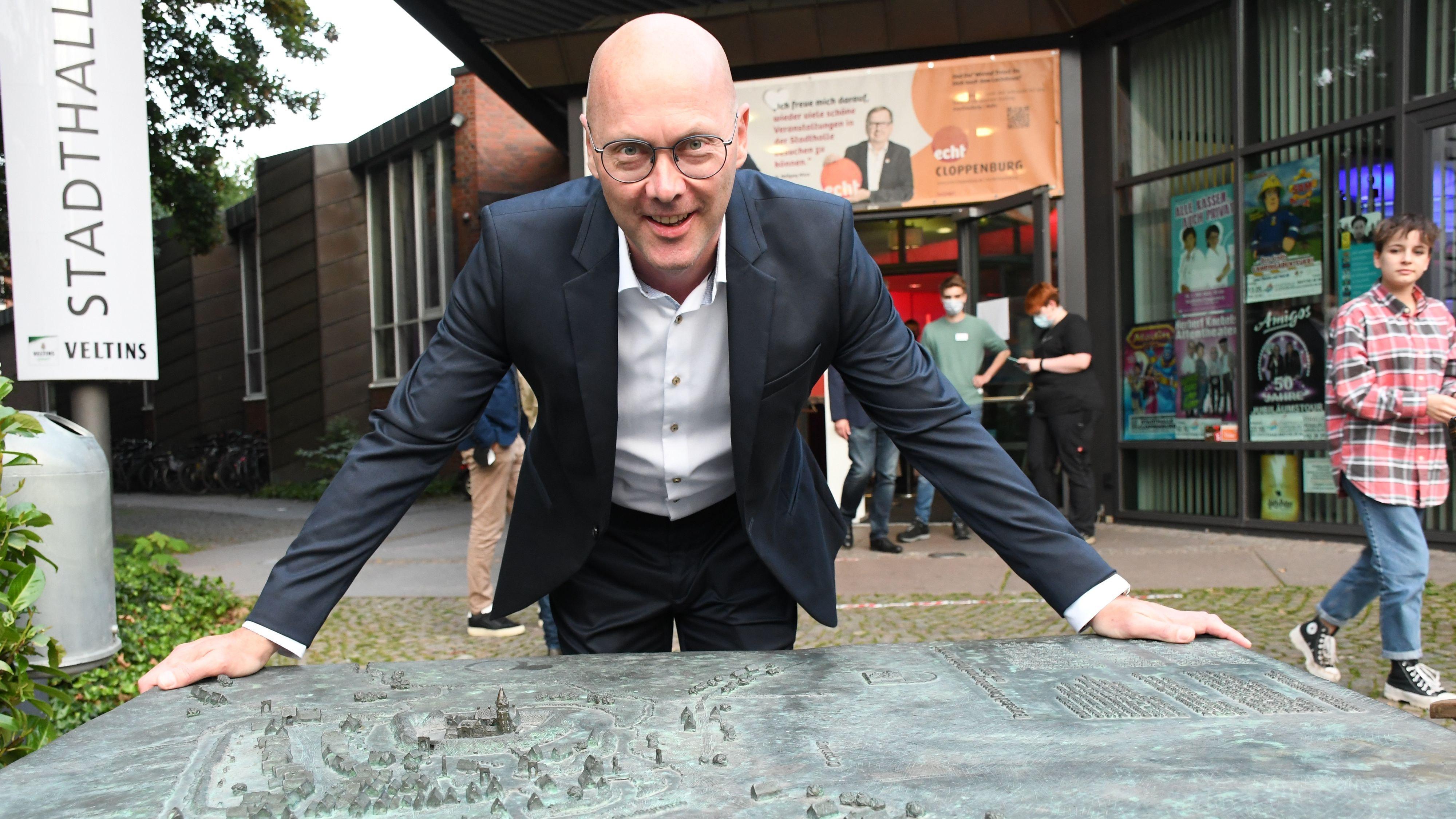 Der Gewinner: Neidhard Varnhorn (CDU) umfasst das Relief der Stadt, die er jetzt mitregiert. Foto: Kreke