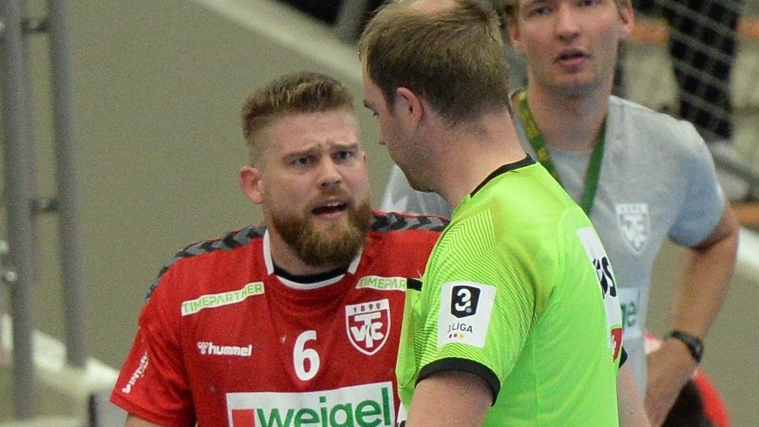 Fassungslos: Ole Harms versteht die Rote Karte gegen ihn nicht, findet aber bei Schiedsrichter Lars Lieker kein Gehör. Foto: ll