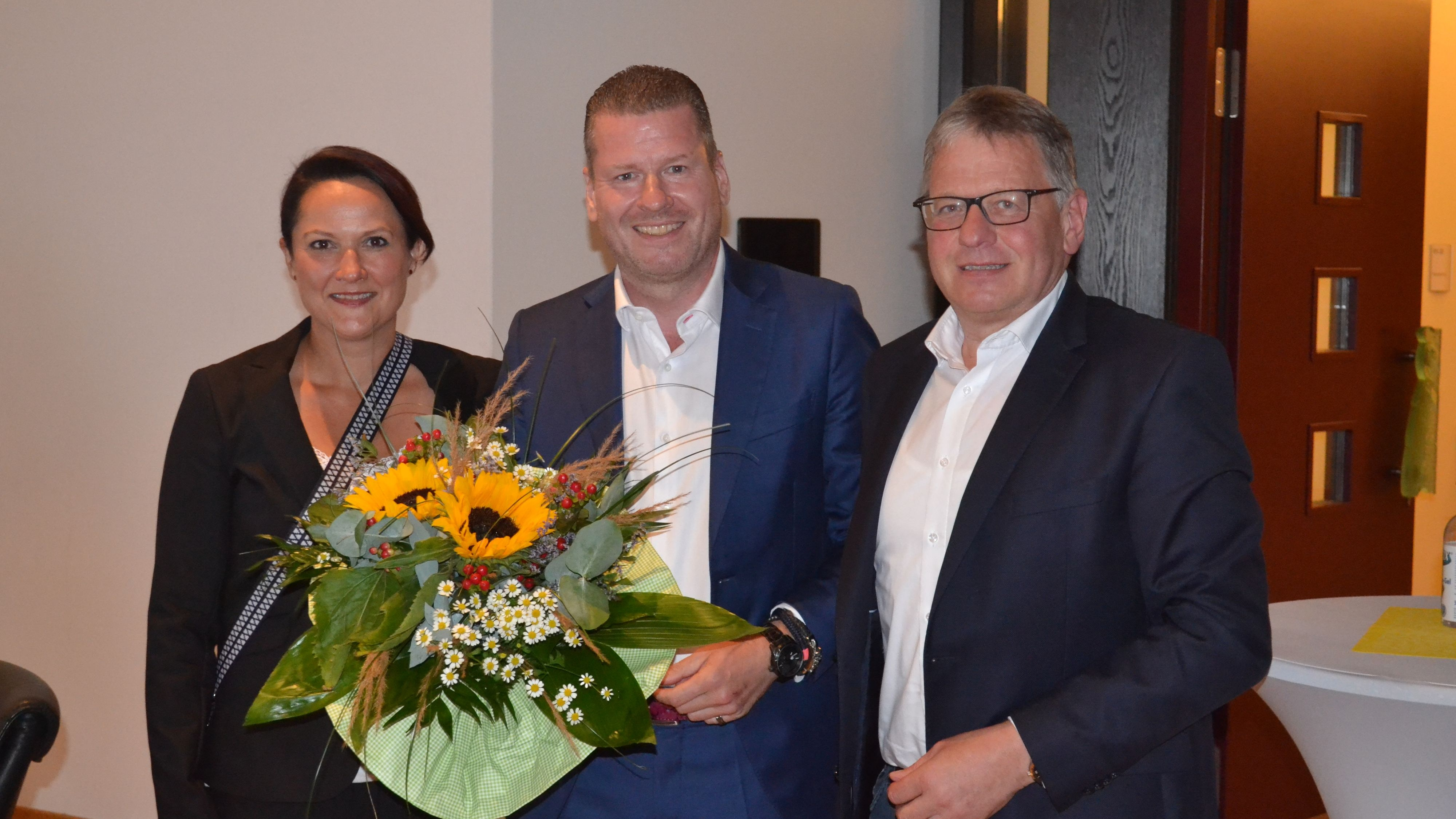 Bliebt im Amt: Michael Fischer (Mitte) freute sich mit seiner Frau Daniela und Arnold Gerdes über seinen Sieg. Foto: Schrimper