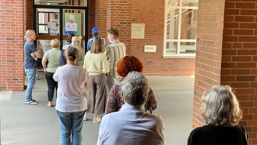 Wie hoch ist am Ende die Wahlbeteiligung? Eine Schlange hat sich zwischenzeitlich vor dem Wahllokal in Vechta am Kolleg St. Thomas gebildet. Foto: M. Niehues