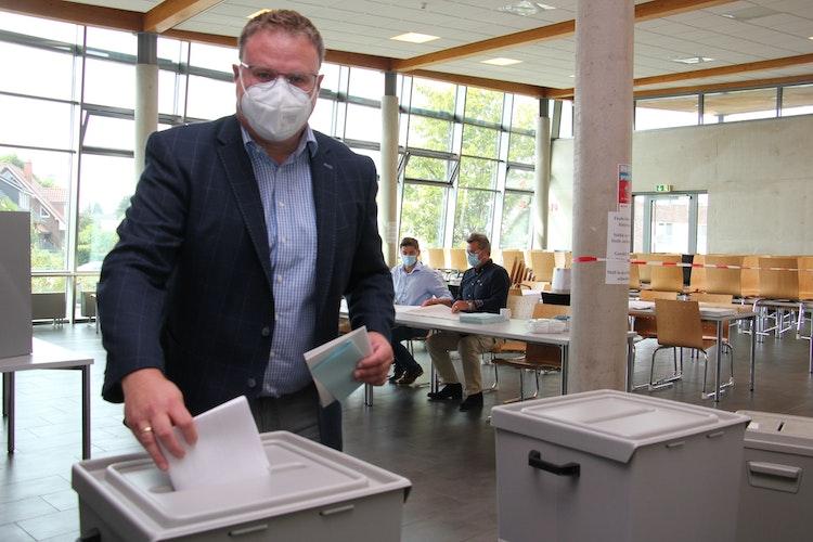 Landratskandidat Tobias Gerdesmeyer bei der Stimmabgabe am Sonntagmittag im Wahllokal Gymnasium Lohne. Foto: Speckmann
