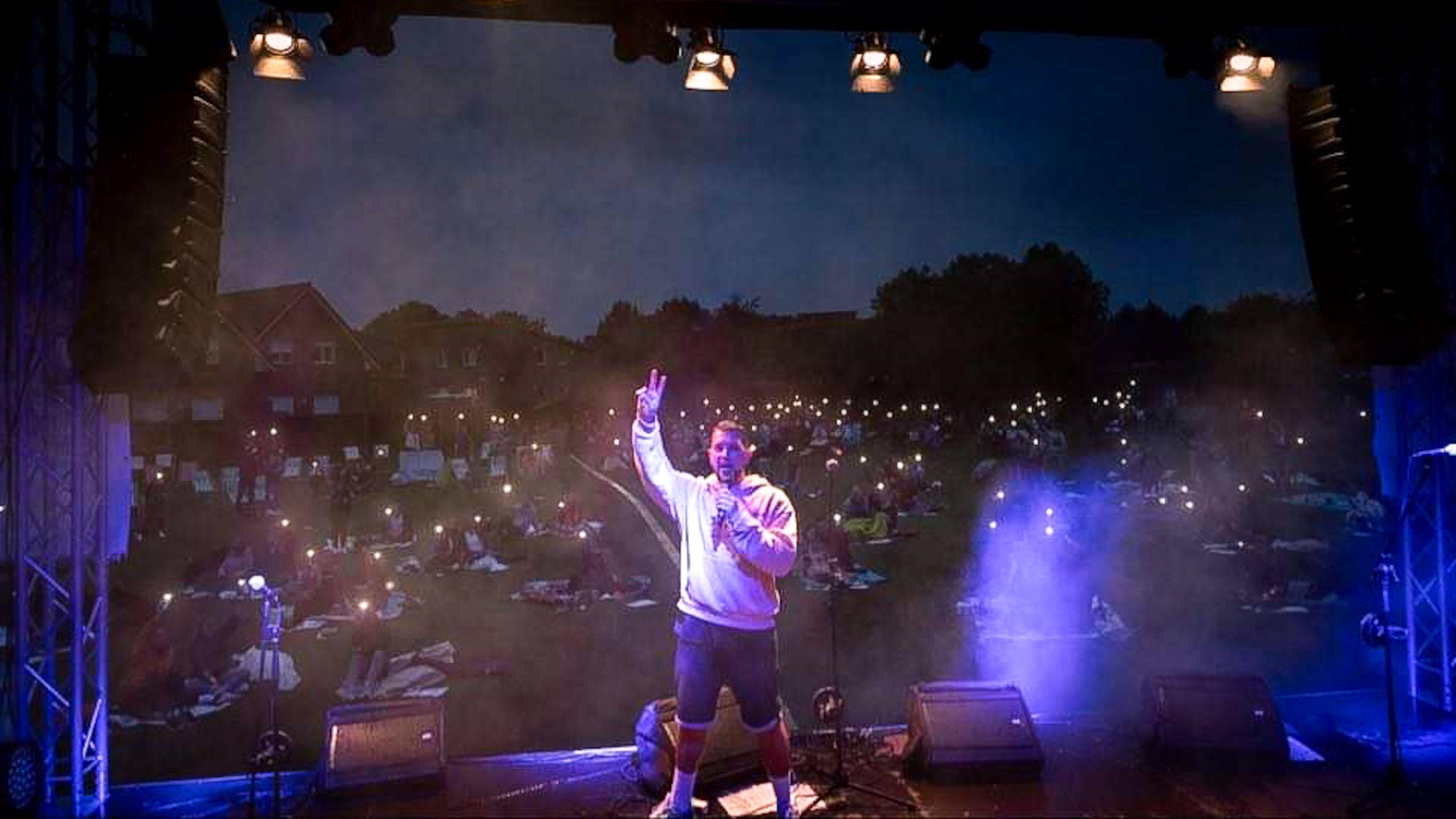"""""""Auf den haben alle abgefeiert"""": Das Publikum war von Rapper K-Fly begeistert. Musikalisch fiel er bei dem Kurz-Festival im Garreler Dorfpark allerdings aus dem Rahmen. Foto: Pütz"""