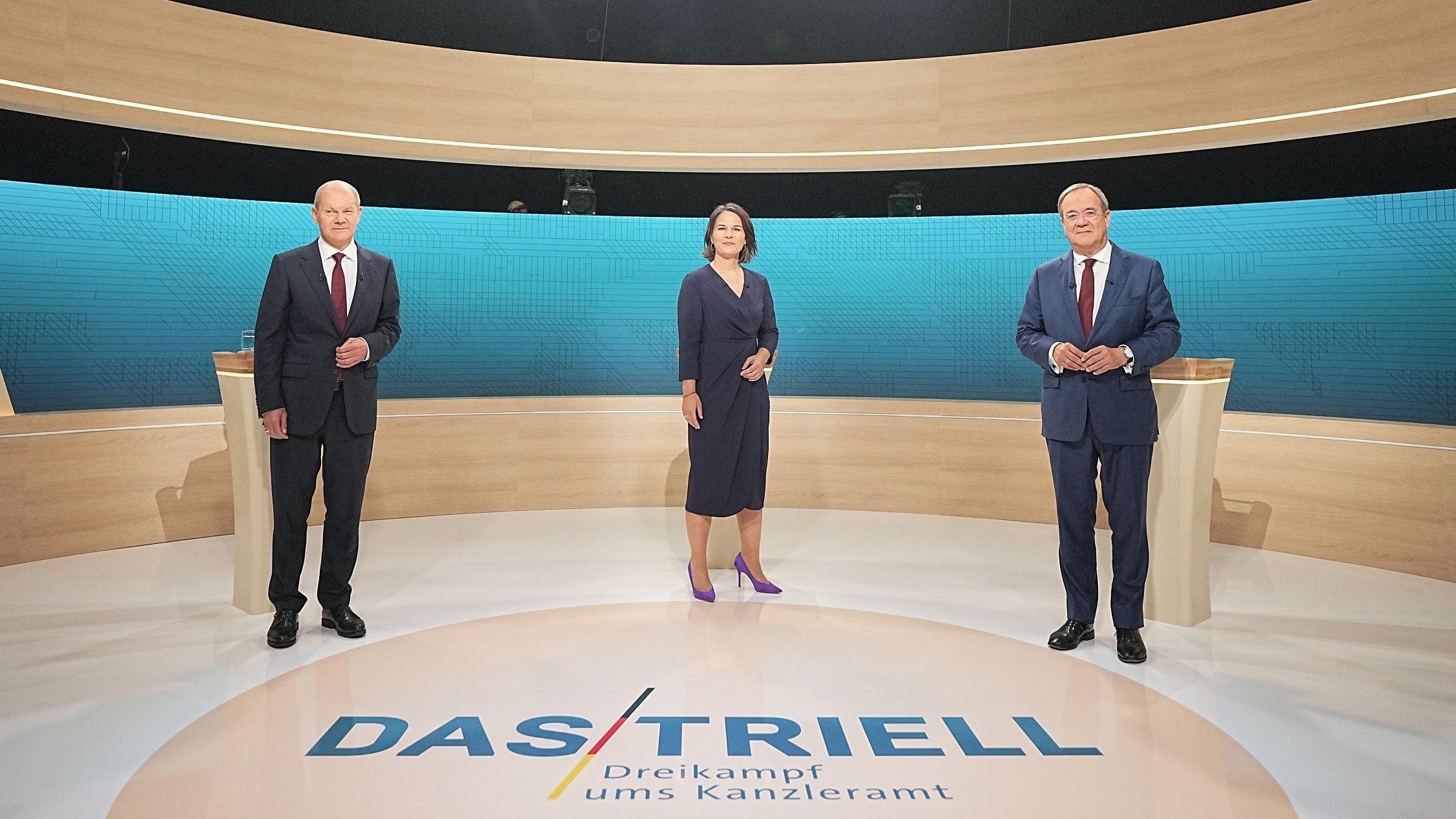Die Besetzung des Triells: (von links) Kanzlerkandidat Olaf Scholz (SPD), Kanzlerkandidatin Annalena Baerbock (Bündnis90/Die Grünen) und Kanzlerkandidat Armin Laschet (CDU) im Fernsehstudio. Foto: dpa/Kappeler