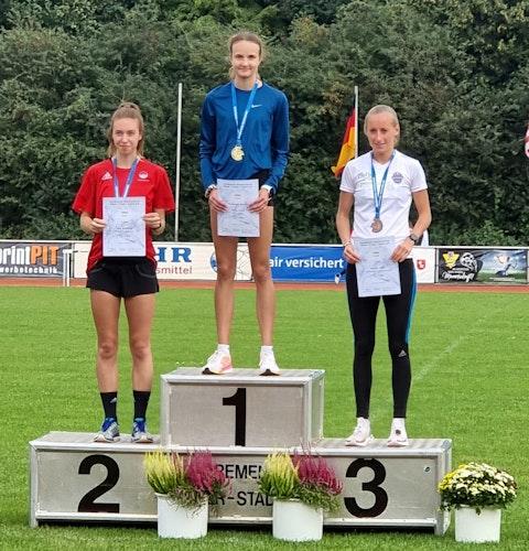 Zwei Starts, zwei Titel: Xenia Krebs (Mitte, hier bei der Siegerehrung des 1500-m-Rennens) holte Doppelgold. Foto: Beyer