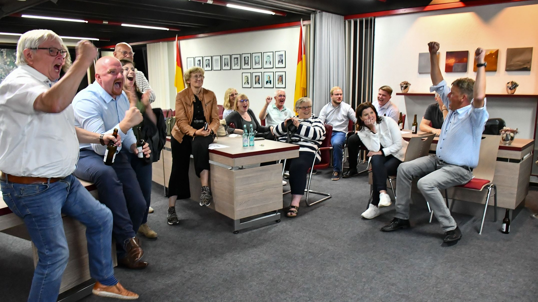 Ungebremste Freude bei der CDU nachts um 0.42 Uhr: In diesem Moment steht fest, dass FDP-Kandidat Peter Höffmann (rechts im Hintergrund) den von der UWG sicher geglaubten Gemeinderatssitz noch erobert hat. So hatte die CDU trotz des Verlustes der absoluten Mehrheit doch ein wenig zu feiern. Foto: Vollmer