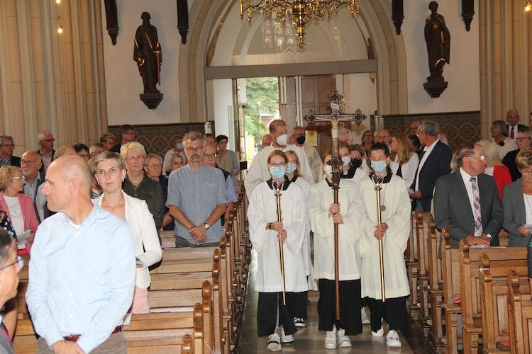 Einzug des neuen Linderner Pfarrers Michael Kenkel, mit Messdienern und den anderen Konzelebranten in die Pfarrkirche St. Katharina von Siena. Foto: Kock