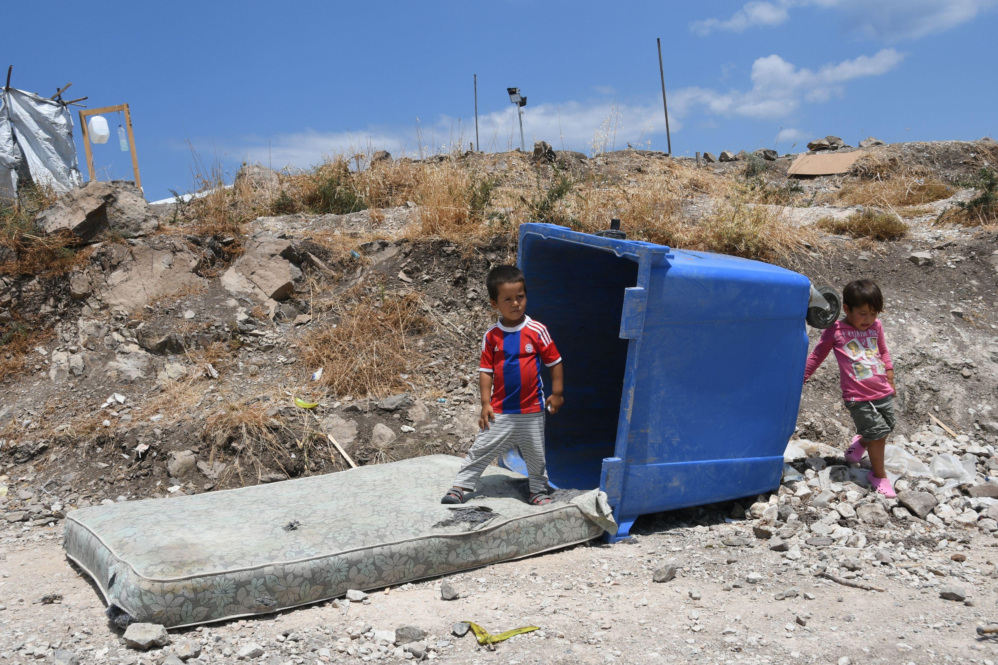 Aus der Not eine Tugend gemacht: Wenn Playmobil, Lego und Dreirad fehlen, spielen die Kinder mit dem, was da ist: mit Matratze und Mülltonne. Fotos: Kattinger