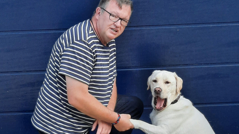 Pfote drauf: Herbert Nerkamp und sein Hund Balou sind demnächst gemeinsam an der Ludgerus-Schule im Einsatz. Foto: Nerkamp