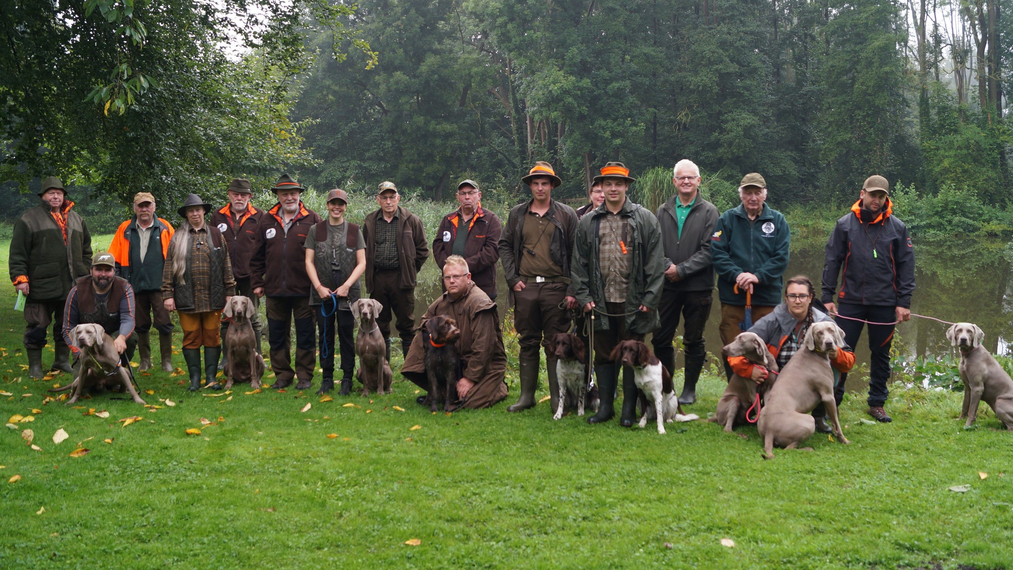 Noch ein gemeinsames Bild, bevor es losgeht: 8 Jägerinnen und Jäger haben kürzlich die sogenannte Herbstzuchtprüfung mit ihren Hunden in Visbek abgelegt. Darunter auch Teilnehmende aus Schweden und Norwegen. Foto: C. Meyer