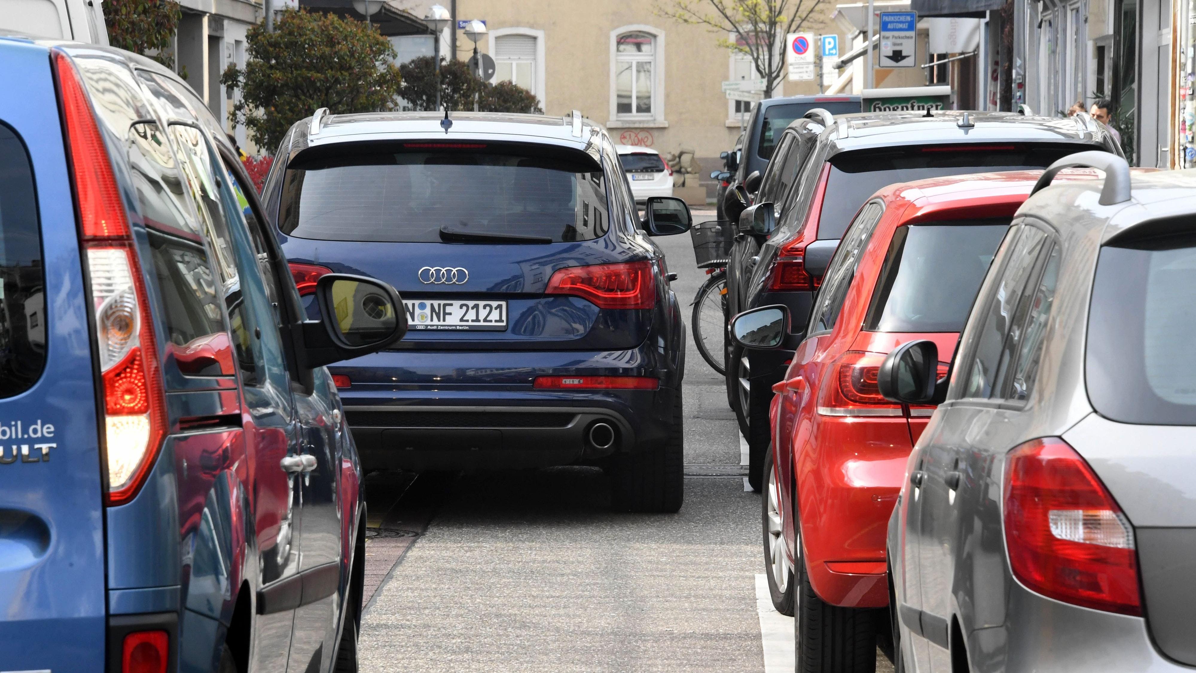 Die Zahl der zugelassenen Kraftfahrzeuge wächst im Oldenburger Münsterland immer weiter. In manchen Kommunen sind bereits mehr als 900 Fahrzeuge je 1000 Einwohner registriert. Foto: dpa/Deck