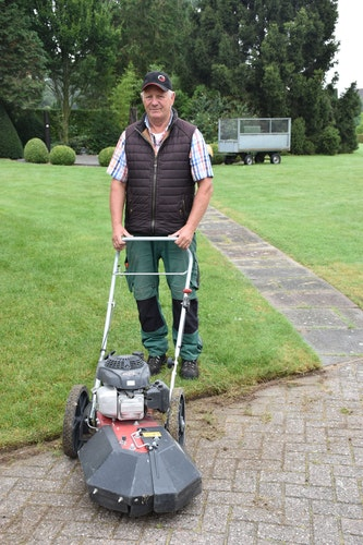 Der Rasen ist für Sonntag gemäht: Gärtner Hubert Bäuning hat den Friedhof zusammen mit seinem neuen Mitarbeiter Bernhard Blömer in Schuss gebracht. Foto: Böckmann