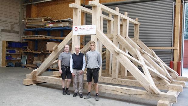 Firma Kathe baut einen großen Glockenstuhl