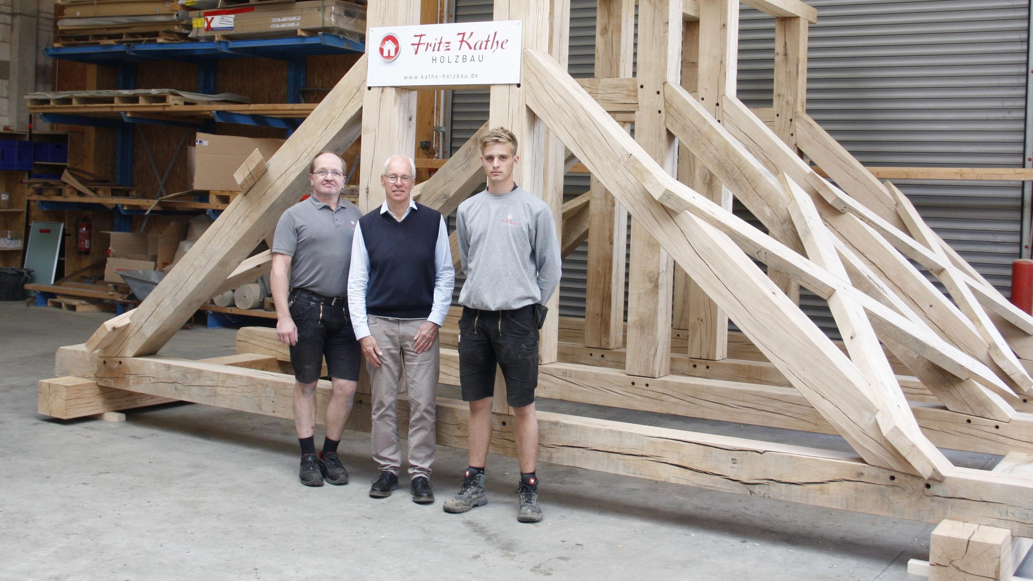 Arbeiten an dem Auftrag aus der Region Hannover: Firmeninhaber Fritz Kathe (Mitte) präsentiert zusammen mit seinen Mitarbeitern Thomas Heitmann (links) und Anton Schomaker (rechts) den neuen Glockenstuhl. Foto: Technow