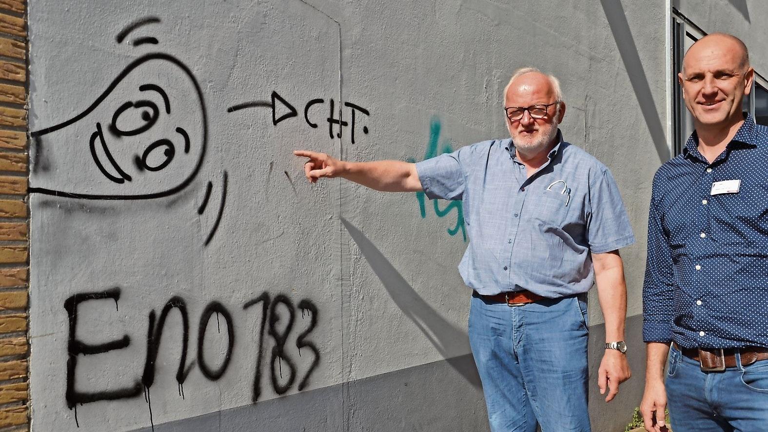 """""""Wilde Schmierereien"""": Die soll es nach dem Projekt """"Urban Art"""" nicht mehr geben. Hubert Kulgemeyer (links) und Oskar Laschinski holen professionelle Sprayer in die Stadt. Foto: Bernd Götting"""