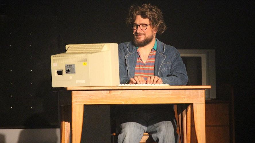 Bin ich schon drin? Stefan Faupel als Otto Jannssen entdeckt das Internet für sich. Foto: Heinzel