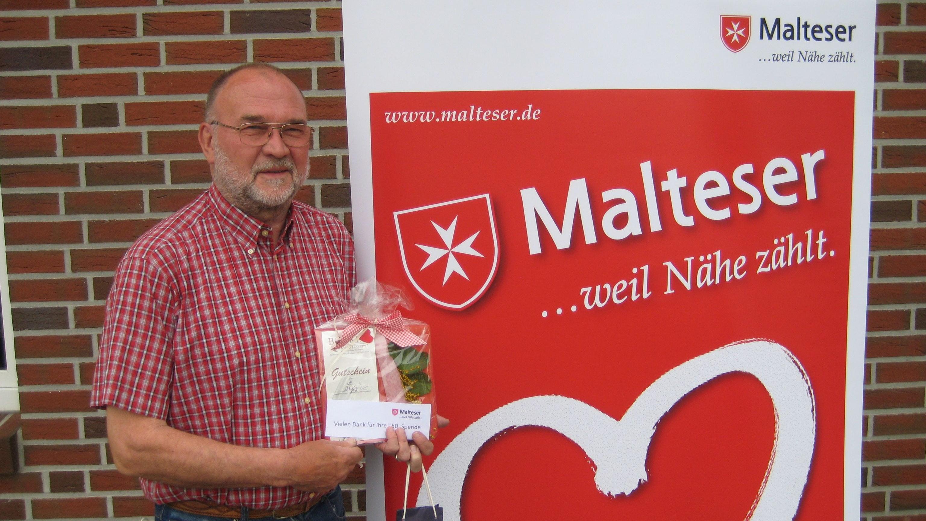 Ein kleines Präsent als Dankeschön: Peter Willenborg hat in Dinklage bislang 150 Mal Blut gespendet – das schaffte bisher niemand zuvor. Foto: Malteser