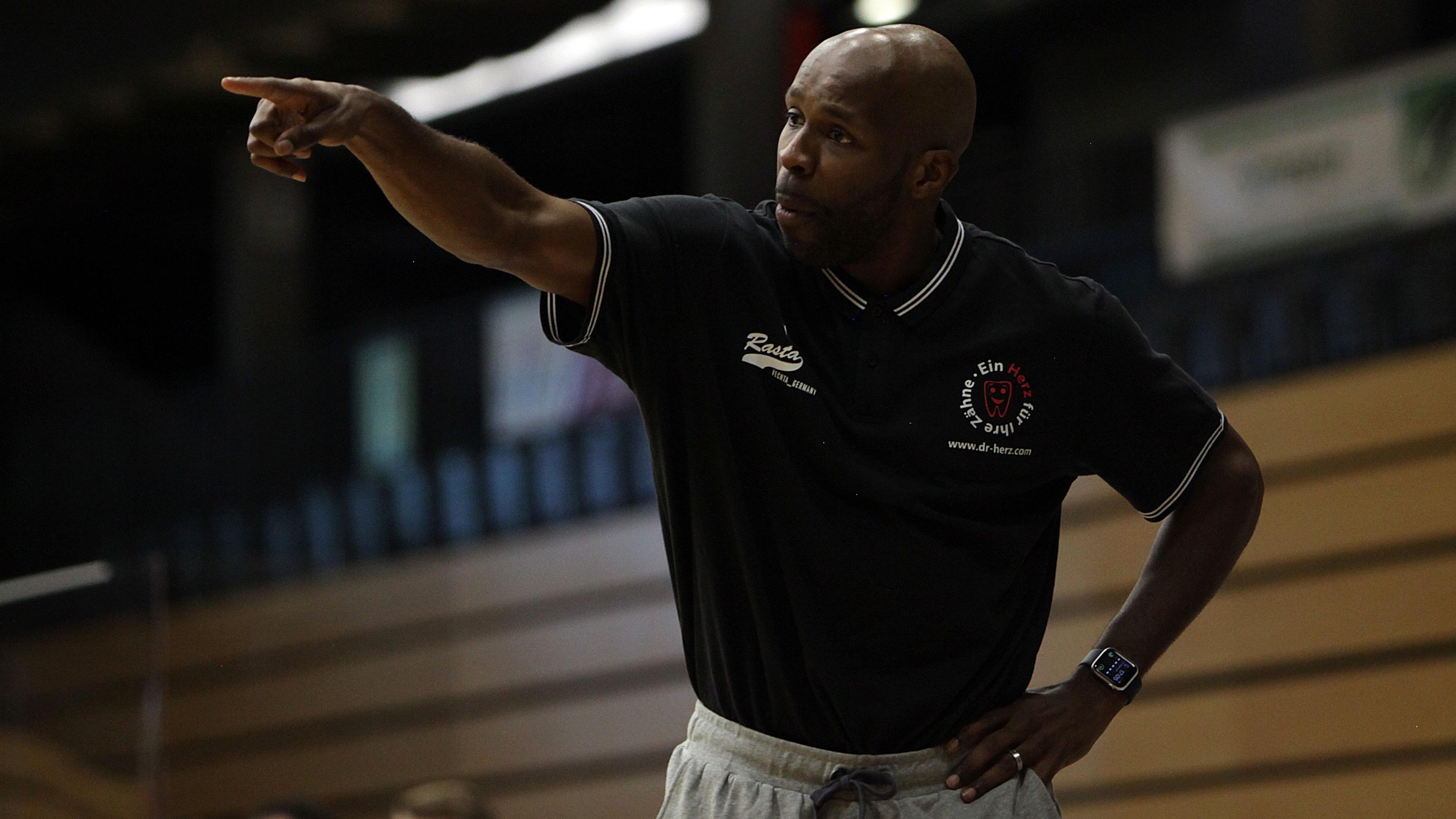 Da geht's lang: Rastas Coach Derrick Allen. Am Freitag beginnt die neue Saison in der 2. Liga ProA. Foto: Schikora