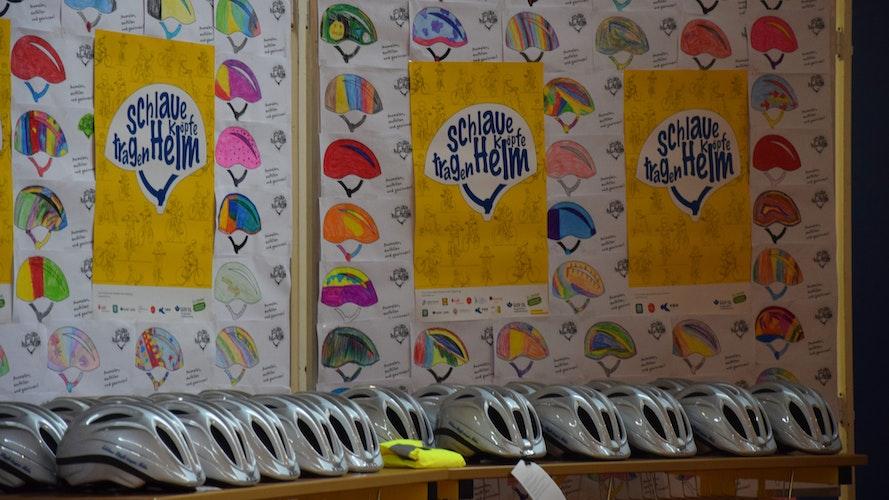 Verlosung: 20 glückliche Gewinner haben silbern glänzende Fahrradhelme mit der Aufschrift der Initiative erhalten. Foto: Hahn