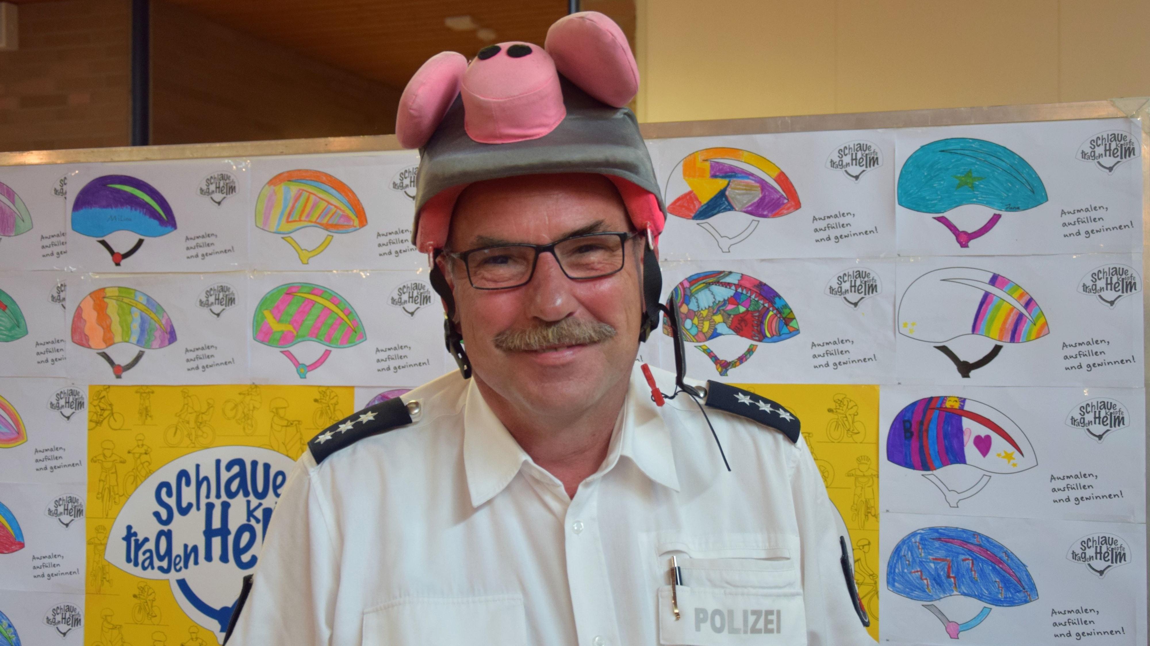 Schlauer Kopf: Polizeihauptkommissar Thomas Stransky zeigte den Kindern seinen ganz besonderen Helm. Foto: Hahn