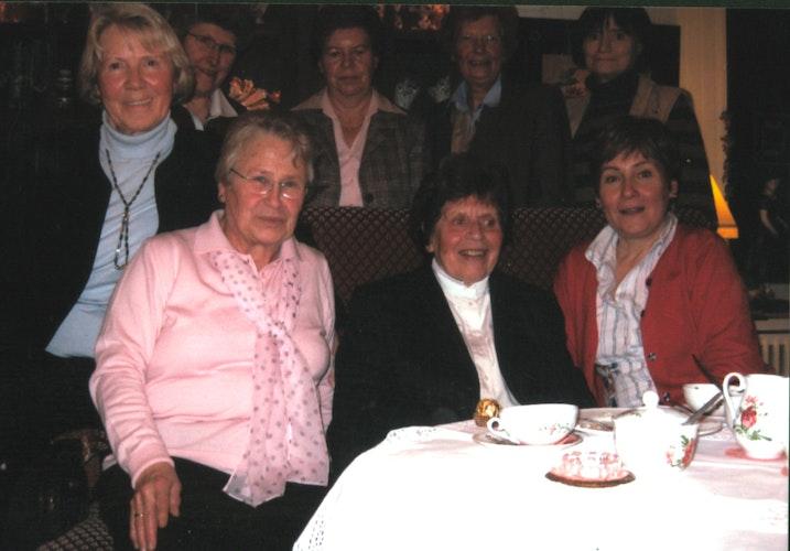 Die Übungsleiterinnen: Helene Hollah (links), Anna Bokern (Zweite von rechts) und Elsbeth Schmutte (rechts). Erika Schön (Zweite von links) war Mitglied des Vorstands. Im Hintergrund ist der Rest des Vorstands zu sehen: Maria Meinerding (von links), Inge Stoll, Josefine Renze und Hedwig Behrens. Foto: Buhmann
