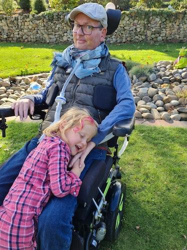 Kuscheln mit Papa: Paula verbringt gerne Zeit mit ihrem Vater. Foto: privat