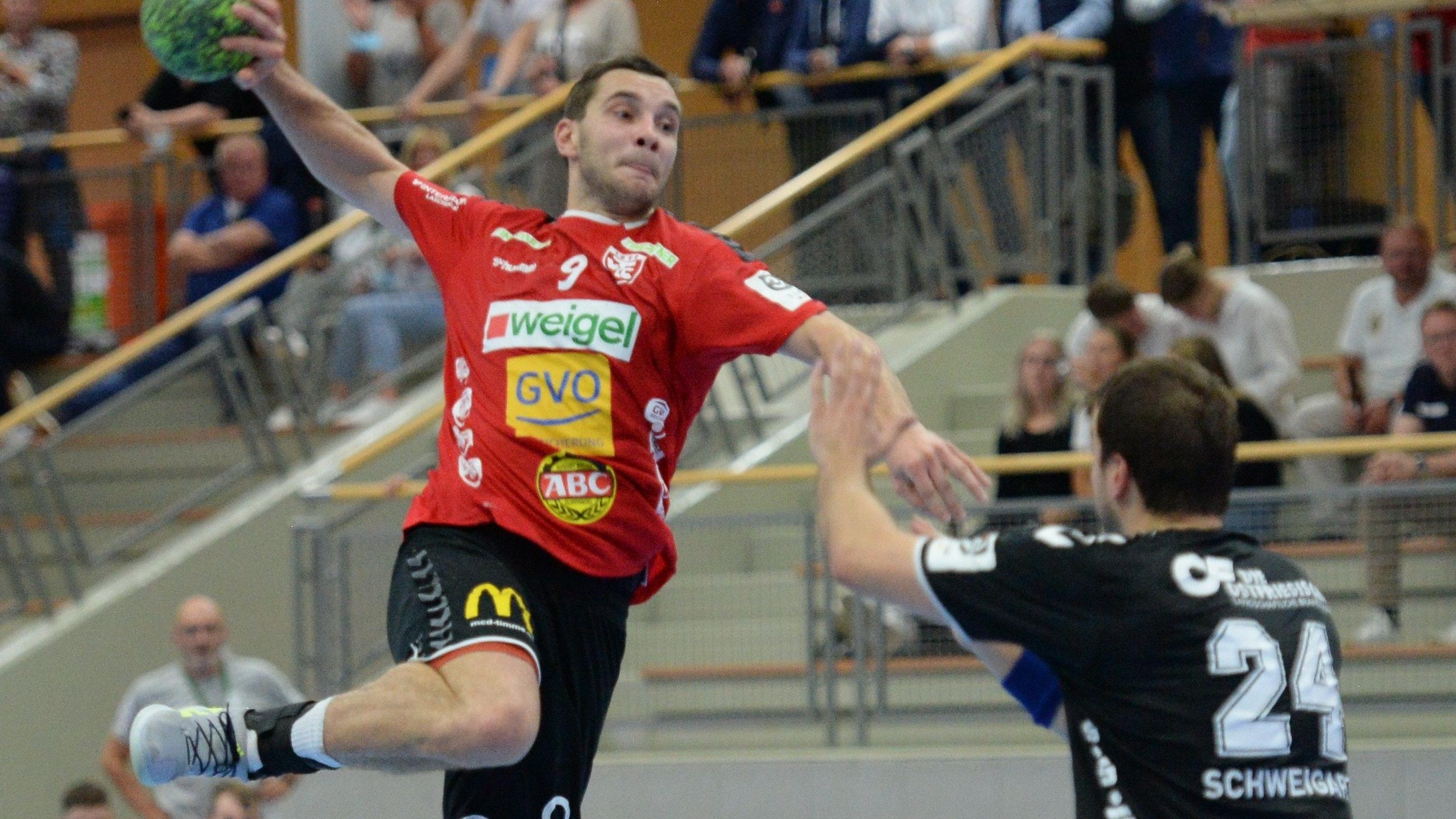 Gelingt der große Wurf? Krzysztof Pawlaczyk (links, im Spiel gegen Aurich) hofft, heute mit dem TV Cloppenburg die ersten Punkte der Saison zu holen. Foto: Langosch