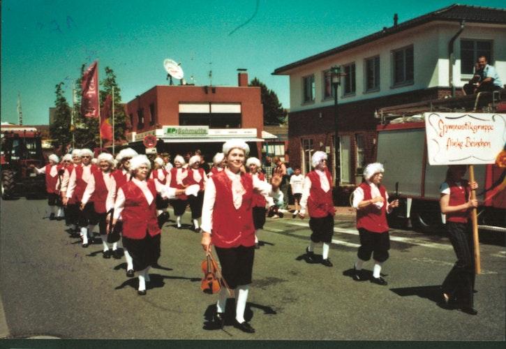 Am Bakumer Volksfest haben die Flinken Beinchen auch immer wieder teilgenommen - hier kollektiv als Mozart verkleidet. Foto: privat