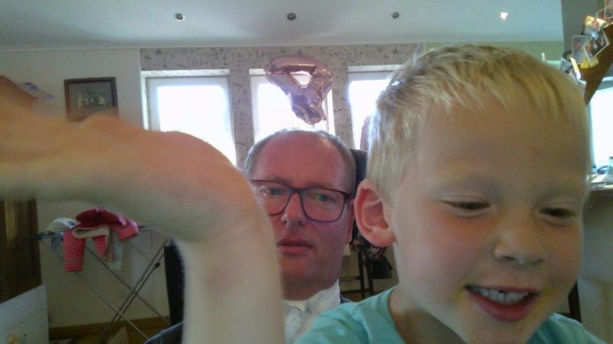Achtung, Selfie! Die Kommunikationshilfe von Bernard Vormoor hat eine Kamera. Die Kinder, hier Theo, machen damit gerne zusammen mit Papa ein Foto. Foto: privat
