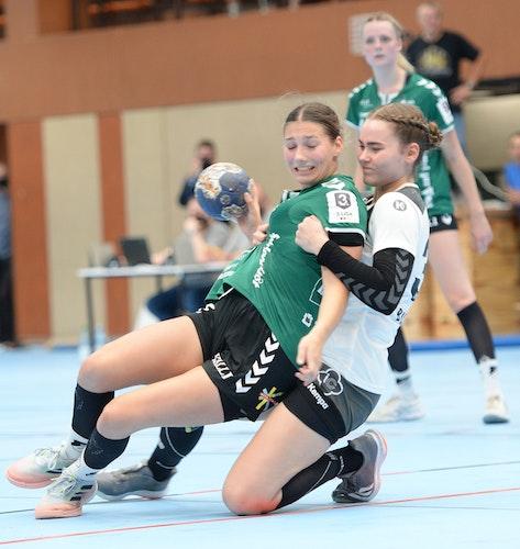 Nur nicht aufhalten lassen: Ann-Kathrin Frangen (links, im Duell mit Buxtehudes Larissa Kroepel) möchte mit dem BV Garrel den dritten Sieg im dritten Saisonspiel. Foto: Langosch